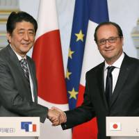 Abe, Hollande agree to strengthen anti-terror cooperation