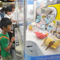 Japan group teaches how to grab toys in arcade crane games