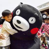 Kids rejoice as bear mascot Kumamon makes first appearance since quakes