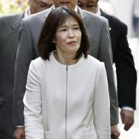 Keiko Aoki, who has served more than 20 years in prison, walks to the Osaka District Court on Monday for the retrial over a 1995 house fire that killed her daughter. | KYODO