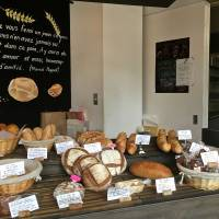 In addition to a wide range of breads such as sourdough, campagne and rye, visitors to Toshi Au Coeur de Pain in Toritsu-Daigaku will find baguettes stuffed with strips of course-cut bacon, cooked ham or even a nifty curry-tuna mix.    ROBBIE SWINNERTON
