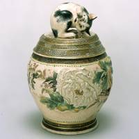 A pottery water jar and cover, decorated with a peony design and an awakening cat in the taka-ukibori style by Miyagawa Kozan (c. 1850-1900) | THE TANABE TETSUNDO COLLECTION (DEPOSITED AT KANAGAWA PREFECTURAL MUSEUM OF CULTURAL HISTORY)