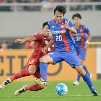 FC Tokyo's Ryoichi Maeda (right) controls the ball against host Shanghai SIPG in an Asian Champions League match on Tuesday. Tokyo lost 1-0. | KYODO