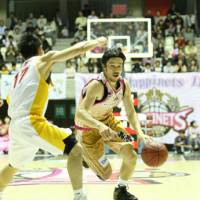 Akita guard Ryosuke Mizumachi, seen here in the team's first game on Oct. 16, 2010, aims to help the club earn its first title this weekend in the Final Four at Ariake Colosseum. | AKITA NORTHERN HAPPINETS/BJ-LEAGUE