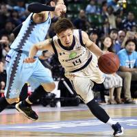 Ryuichi Kishimoto drives around a Hannaryz player during the bj-league's Western Conference final on Saturday. | KYODO