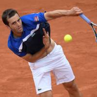 Ramos-Vinolas stuns Raonic, advances to French Open quarterfinals