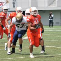Lixil returner Naoki Maeda scores the decisive touchdown on a 74-yard punt return with 38 seconds remaining to lead the Deers to a 21-16 win over the Obic Seagulls on Sunday at Fujitsu Stadium Kawasaki. | HIROSHI IKEZAWA
