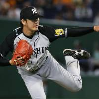 Tigers southpaw Iwasada outduels Giants' Sugano, tosses first career shutout