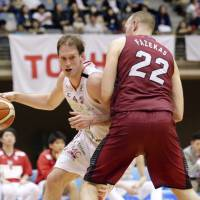 Chiba Jets center Rick Rickert dribbles against Toshiba in an April game. | KAZ NAGATSUKA