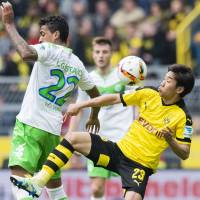 Kagawa helps keep Dortmund's title hopes alive