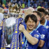 Jubilant Leicester lifts EPL trophy