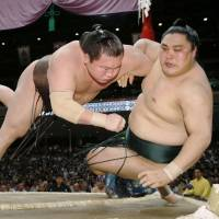 Kisenosato, Hakuho off to winning starts
