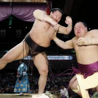 Hakuho posts 880th makuuchi victory