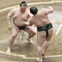 Harumafuji, Terunofuji suffer first defeats at Summer Basho