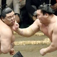 Hakuho wins easily on fourth day of basho