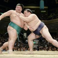 Hakuho, Kisenosato stay perfect