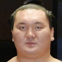 Hakuho, Kisenosato cruise to easy victories