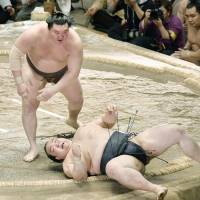 Hakuho outmuscles Kisenosato, remains lone unbeaten wrestler at Summer Grand Sumo Tournament