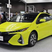 Toyota unveils plug-in Prius with world's first solar-panel option