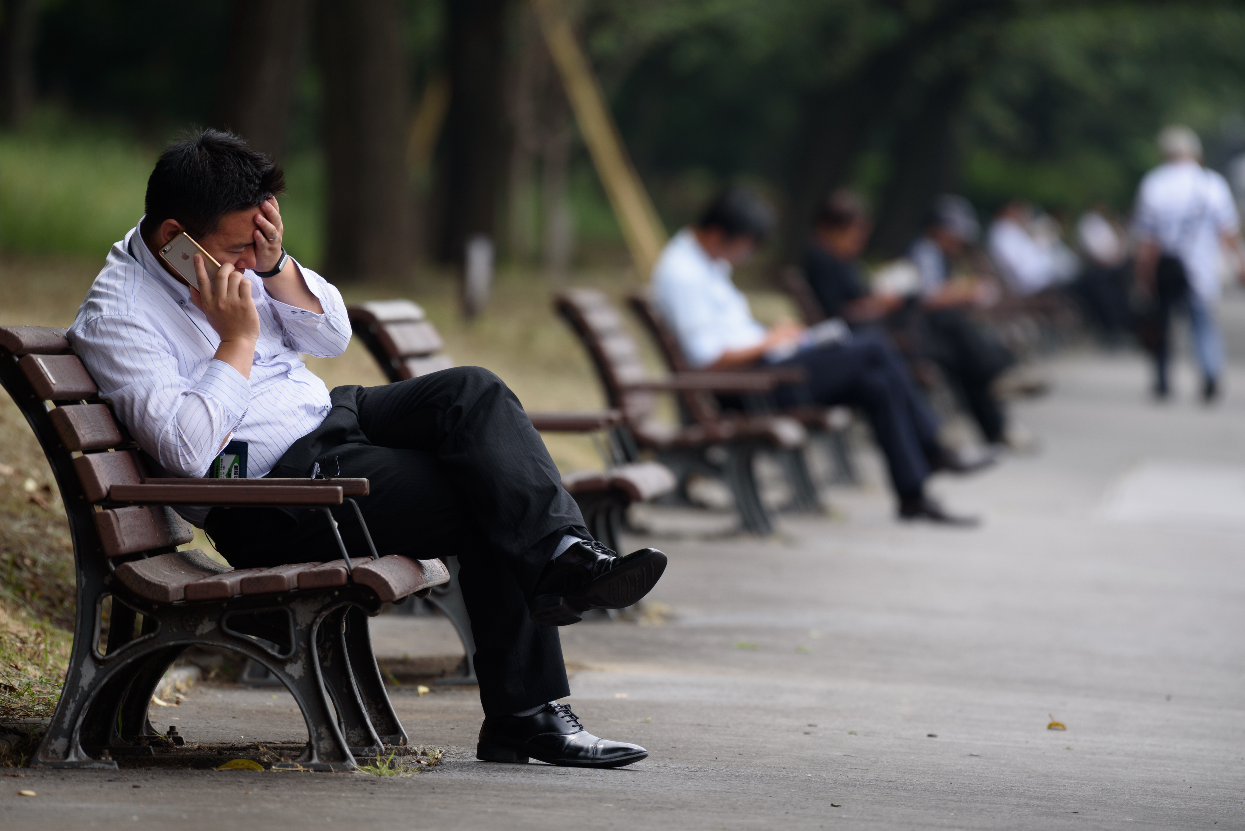 Office workers take a break in a Tokyo park. | BLOOMBERG