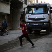 Islamic State pushes U.S.-backed Syria rebels from Iraq border; aid reaches besieged towns