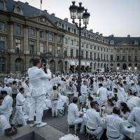 Flash mob of 7,000 people converge on Parisian square for Diner en Blanc