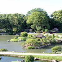 The number of visitors to Korakuen Garden in Okayama, one of top three gardens in Japan, has eclipsed 800,000 for the first time in 15 years thanks to a resurgence in tourism. | KYODO