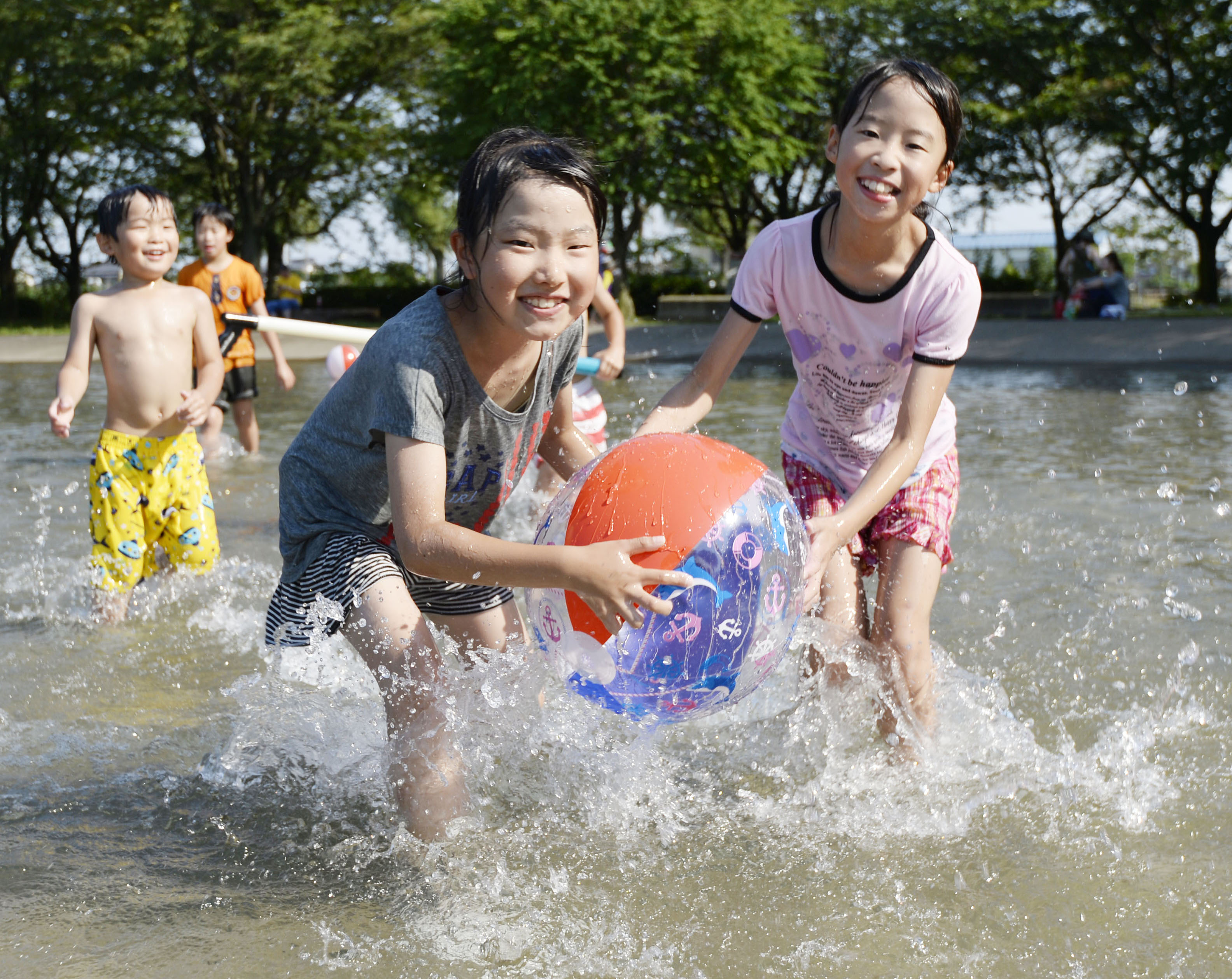 Children play in a park in Tatebayashi, Gunma Prefecture, which on June 18 was the first city in Japan to observe a temperature of 35 degrees or higher this year. | KYODO
