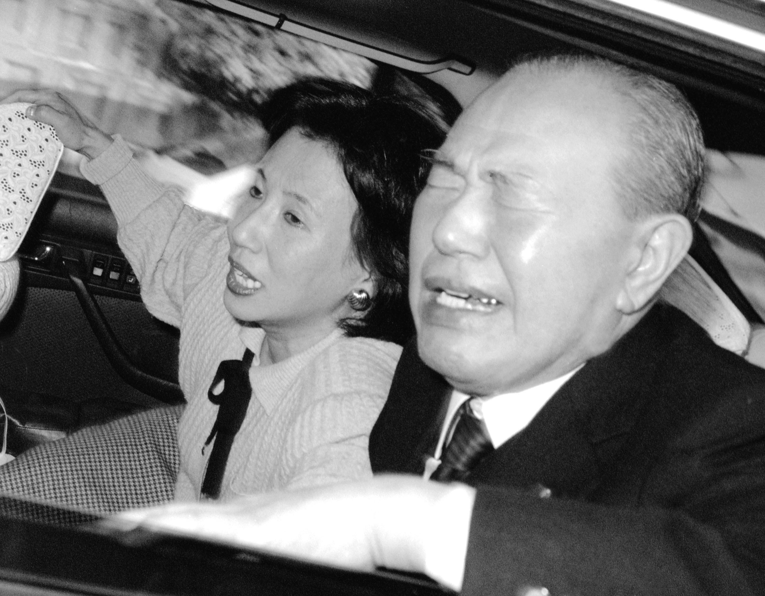 The 'Genius': Former Prime Minister Kakuei Tanaka makes an emotional homecoming after his resignation in 1989. Tanaka's downfall was caused by his involvement in the 1970s Lockheed bribery scandal, and it was foreign press attention that made the former prime minister's actions impossible to ignore in Japan. Former Tokyo Gov. Shintaro Ishihara has recently written a first-person 'biography' of Tanaka called 'Tensai' ('Genius'). | KYODO