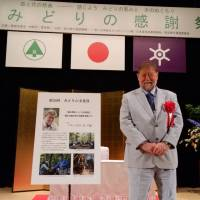 Badge of honor: In May, an agency affiliate awarded C.W. Nicol the Green Culture Prize for his outstanding work on Japan's woodlands. | MORITA IZUMI