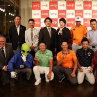Haruhisa Handa (back row, third from left) poses with golfers and officials at a news conference. | ISPS