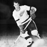 Mighty, two-fisted legendary Red Wing 'Mr. Hockey' Gordie Howe dies at 88