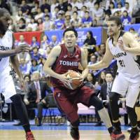 Brave Thunders point guard Ryusei Shinoyama drives past Aisin's Isaac Butts (left) and Gavin Edwards during Toshiba's 82-60 win in Game 4 of the NBL Finals on Saturday. | KAZ NAGATSUKA