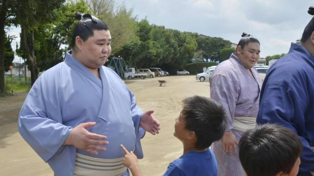 Native son Shodai encourages kids in quake-hit Kumamoto