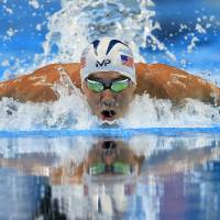Phelps wins 200m butterfly, makes fifth Olympic team