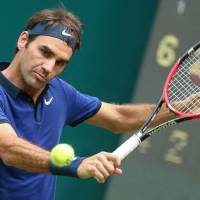 Federer advances in Germany