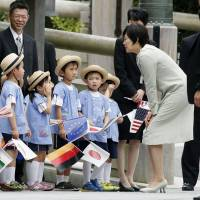 Akie Abe, the country's first lady, talks to children during a visit to Ise Grand Shrine at Mie Prefecture on May 6. | KYODO