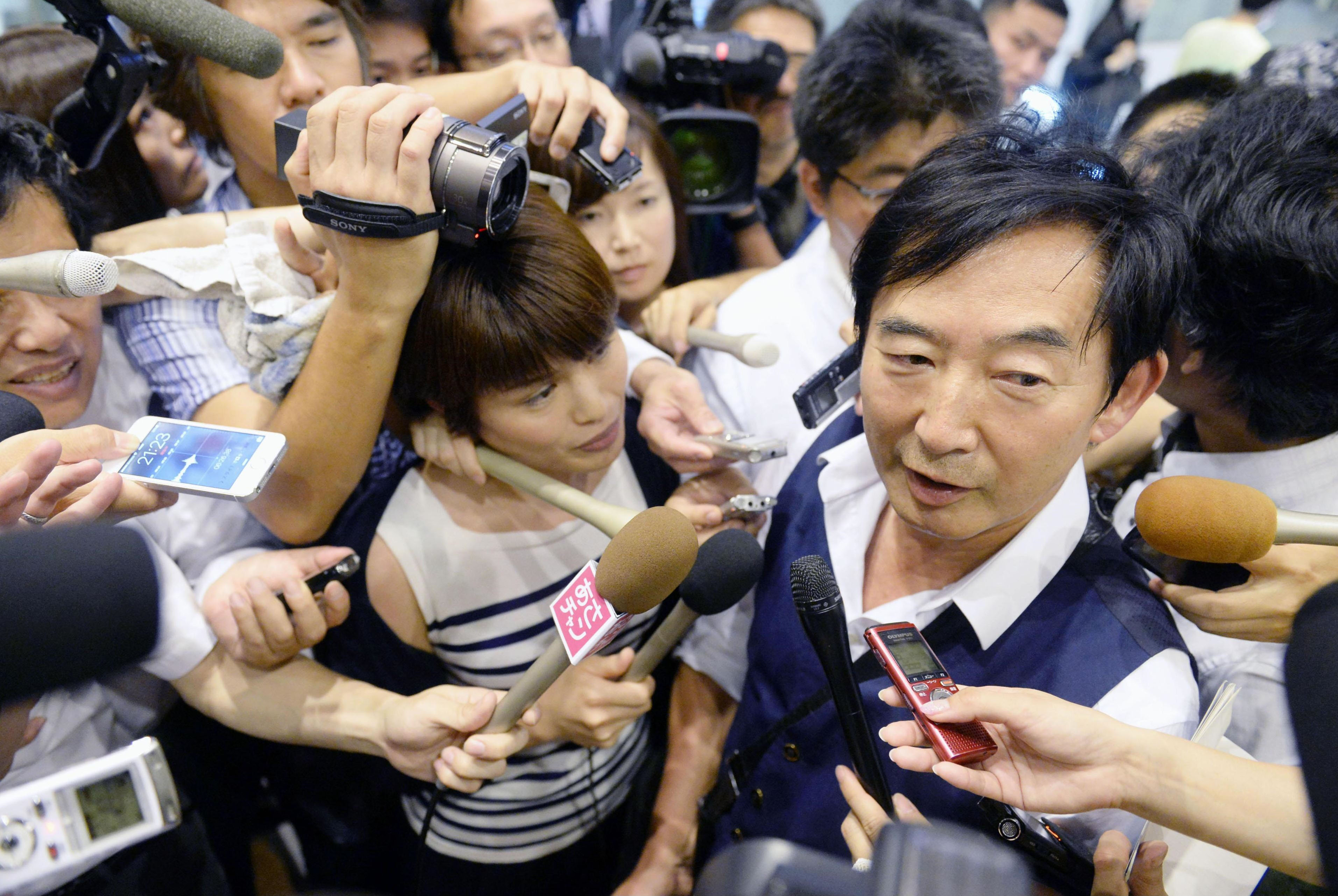 Junichi Ishida expresses his intention to run for the Tokyo gubernatorial election to reporters at Haneda airport in Tokyo Thursday. | KYODO