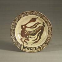 A dish with a slip-trailed hare pattern, and criss-cross on the rim (1919, Abiko, Chiba) by Bernard Howell Leach | THE JAPAN FOLK CRAFTS MUSEUM