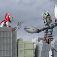 Action figures depict Ultraman as he faces off against Baltan Seijin in the first series. | COURTESY OF BANDAI / HTTP://TAMASHII.JP