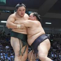 Kisenosato stays with lead pack