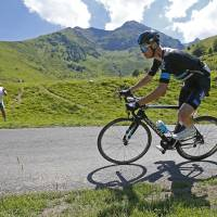 Froome seizes lead with stage win