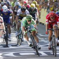 Sagan edges Kristoff in photo finish to win 16th stage