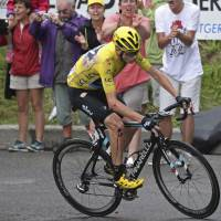 Froome keeps lead despite crash