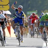 Cavendish sprints past Kittel to win stage