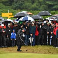 Mickelson narrowly keeps lead