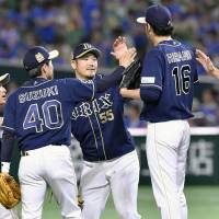 Okada lifts Buffaloes to victory over first-place Hawks