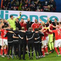 Wales roars into semifinals