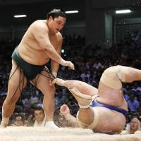 Hakuho bounces back, regains share of lead