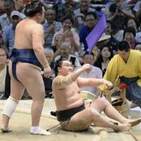 Kisenosato escapes harm as Hakuho, Harumafuji suffer defeats
